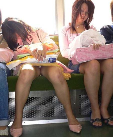 電車内でパンチラ (1)