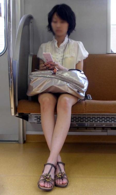 電車内でパンチラ (13)