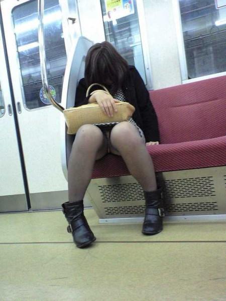 電車内でパンチラ (14)