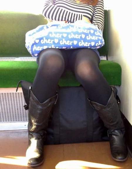 電車内でパンチラ (15)