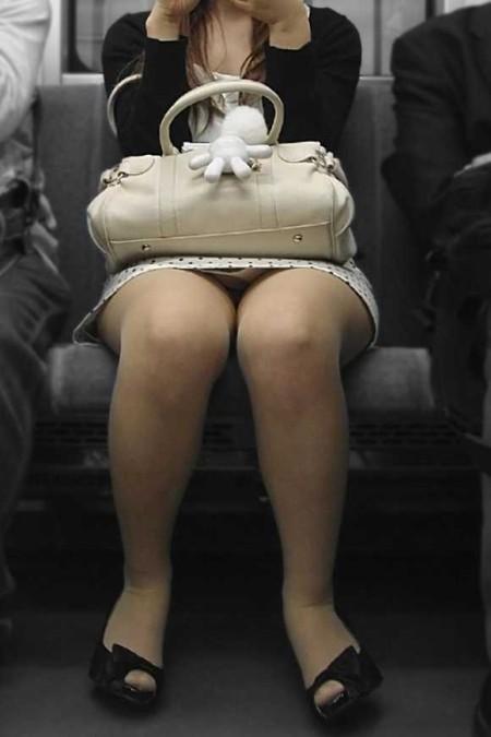 電車内でパンチラ (17)