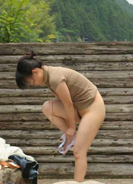 脱衣中の女性 (10)
