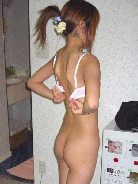 脱衣中の女性 (9)