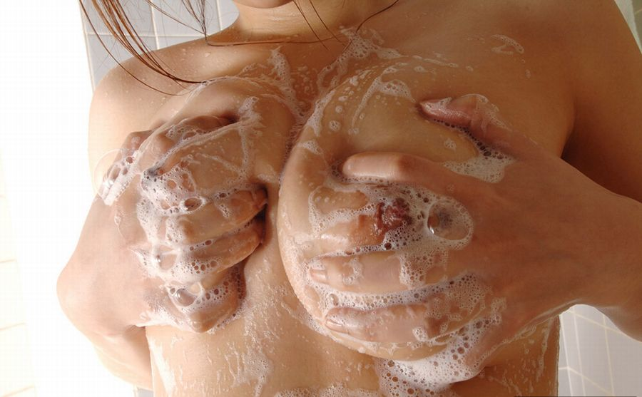 石鹸でヌルヌルになる女性 (3)