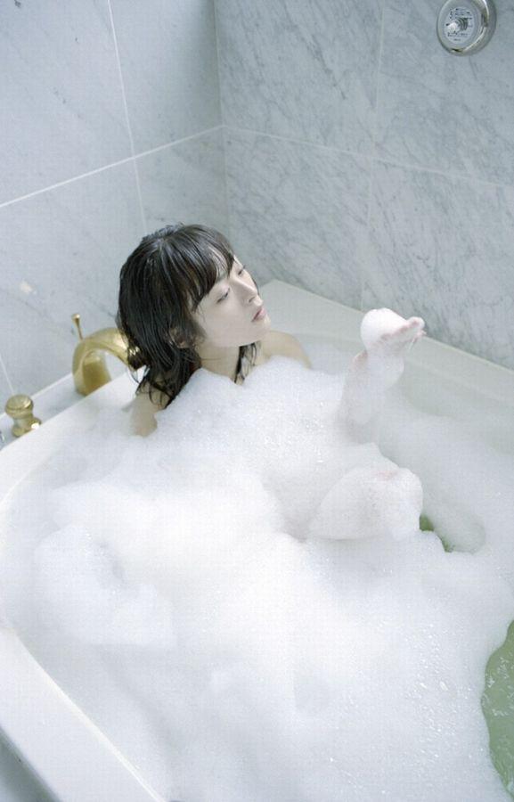 石鹸でヌルヌルになる女性 (16)