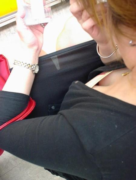 偶然に見えた胸チラ (9)