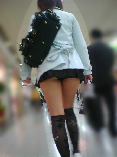 ミニスカート過ぎてパンチラ (8)