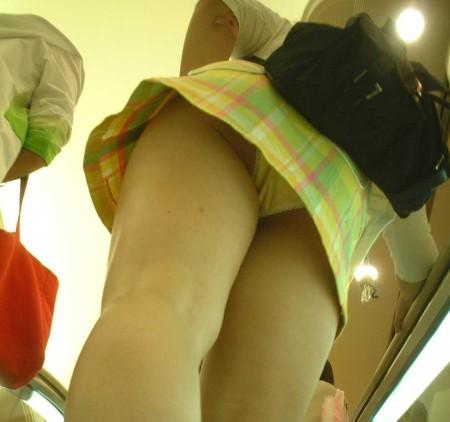 ミニスカート過ぎてパンチラ (14)