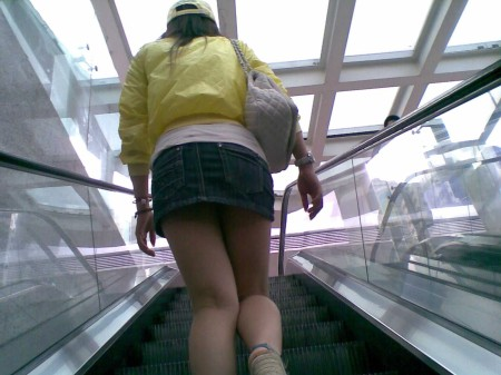 ミニスカート過ぎてパンチラ (4)