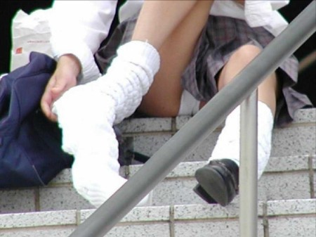 パンツ丸見えのJK (5)