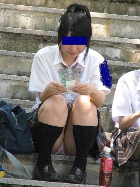 パンツ丸見えのJK (3)