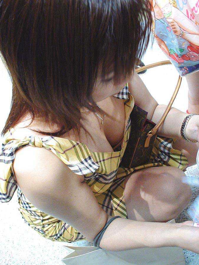 隙間から胸チラ (15)