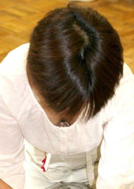 うっかり胸チラ (13)