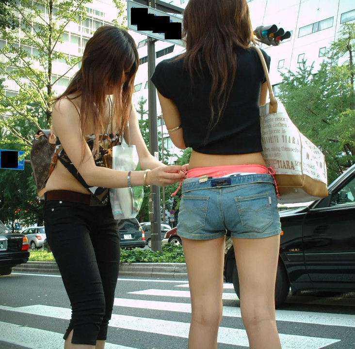 パンツの形が見えてる (2)