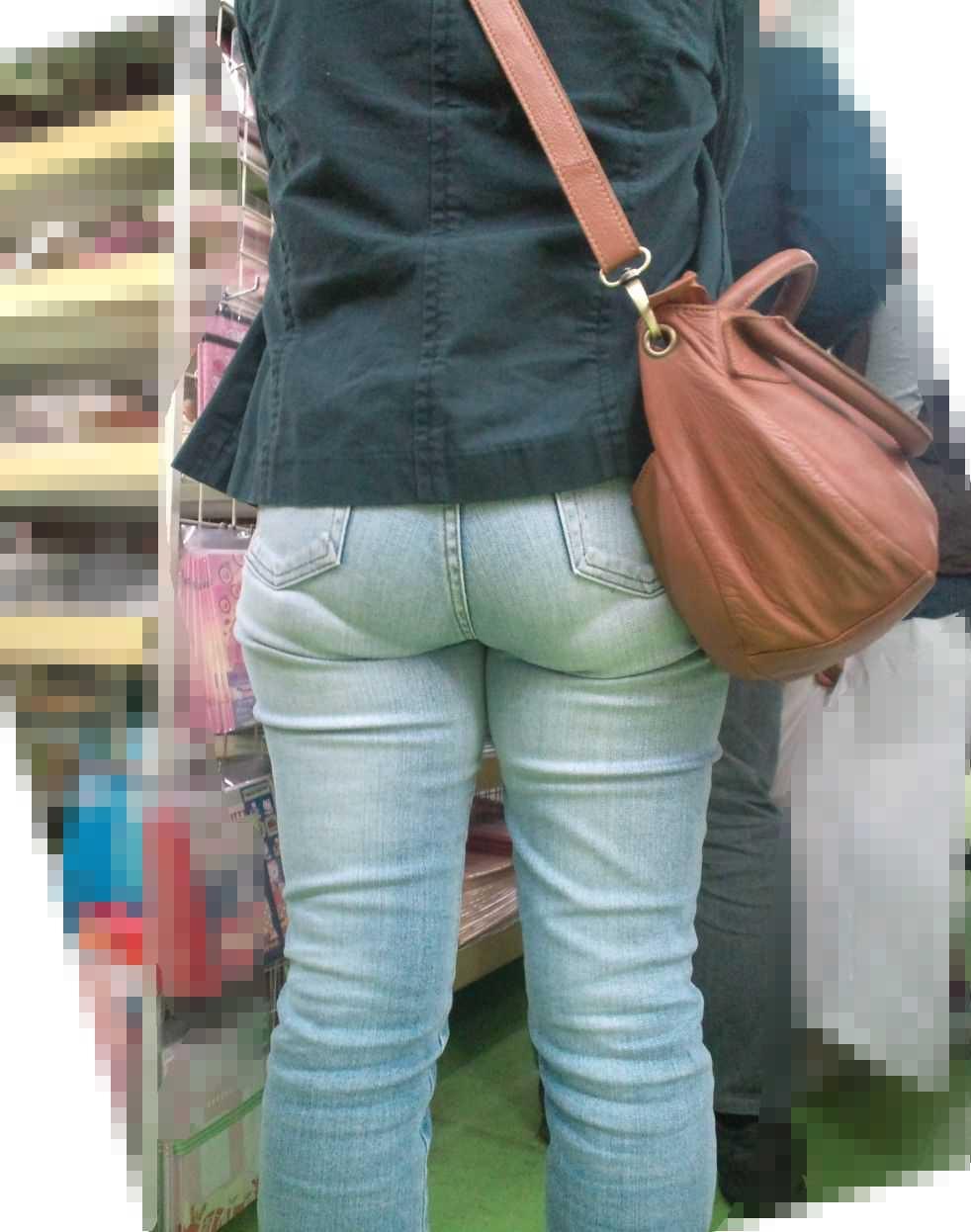 パンツの形が見えてる (3)