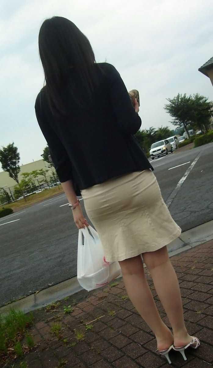 パンツの形が見えてる (5)