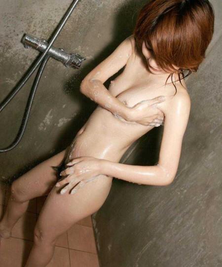 お風呂に入る女性 (9)
