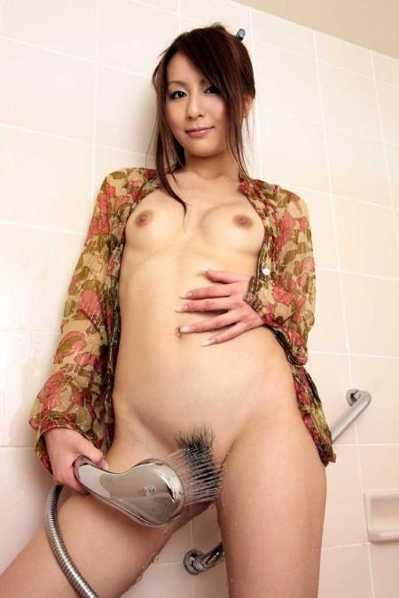 お風呂に入る女性 (16)
