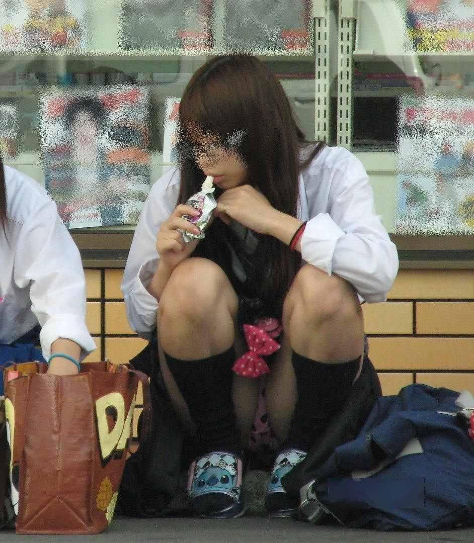 座りパンチラしてる女性 (18)