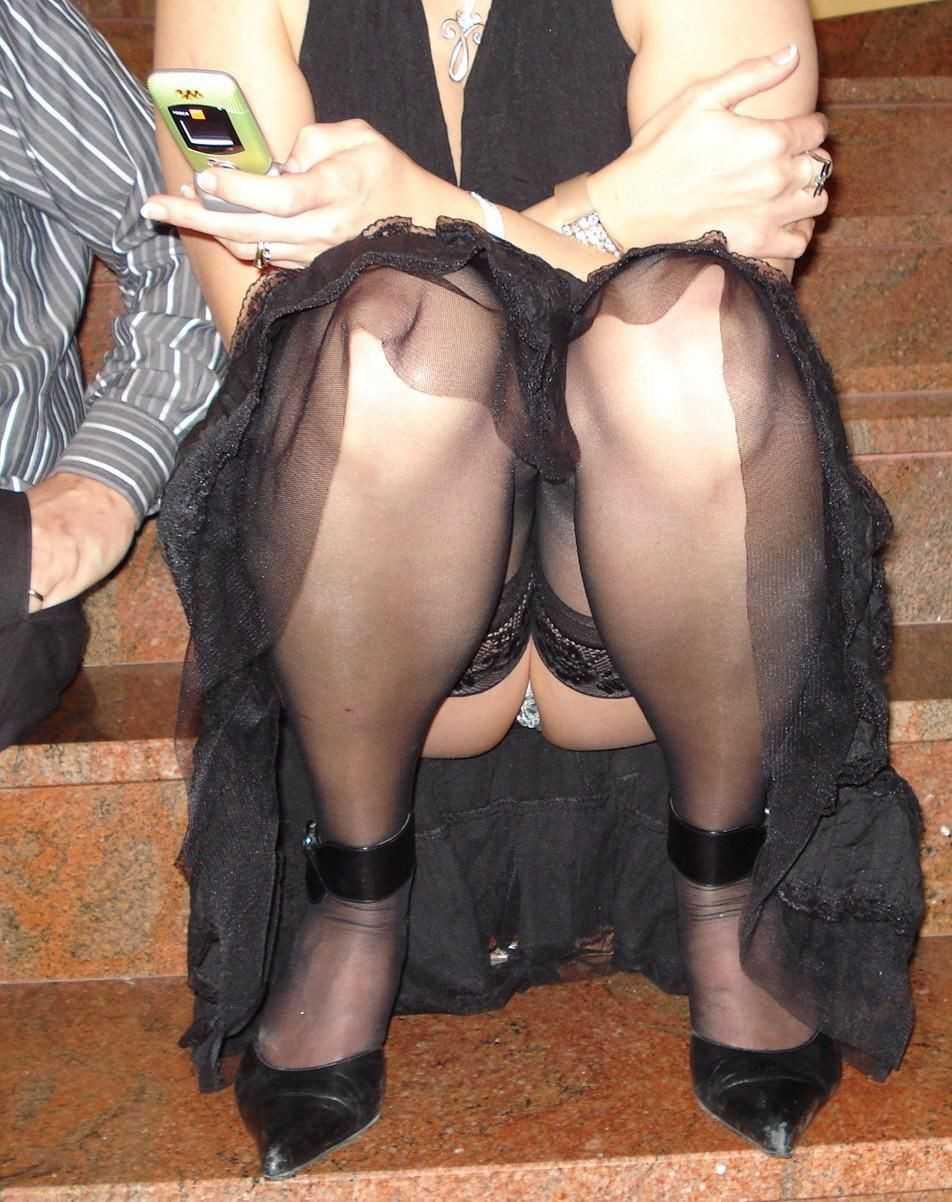 座りパンチラしてる女性 (4)