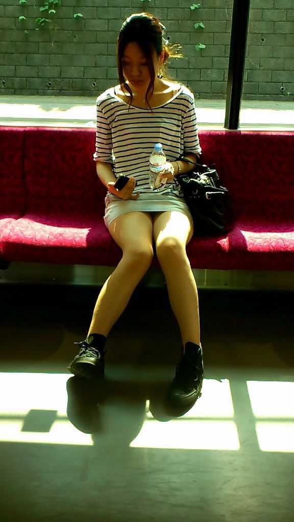 座りパンチラしてる女性 (9)