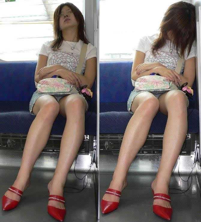座りパンチラしてる女性 (12)