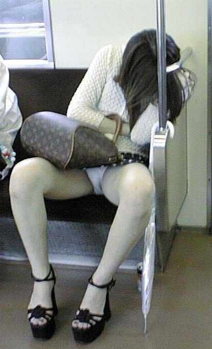 座りパンチラしてる女性 (13)