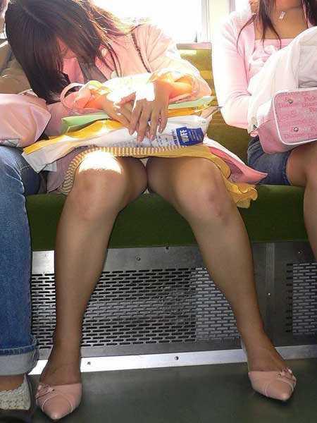 座りパンチラしてる女性 (14)