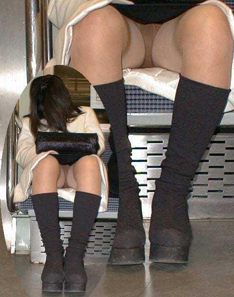 座りパンチラしてる女性 (15)