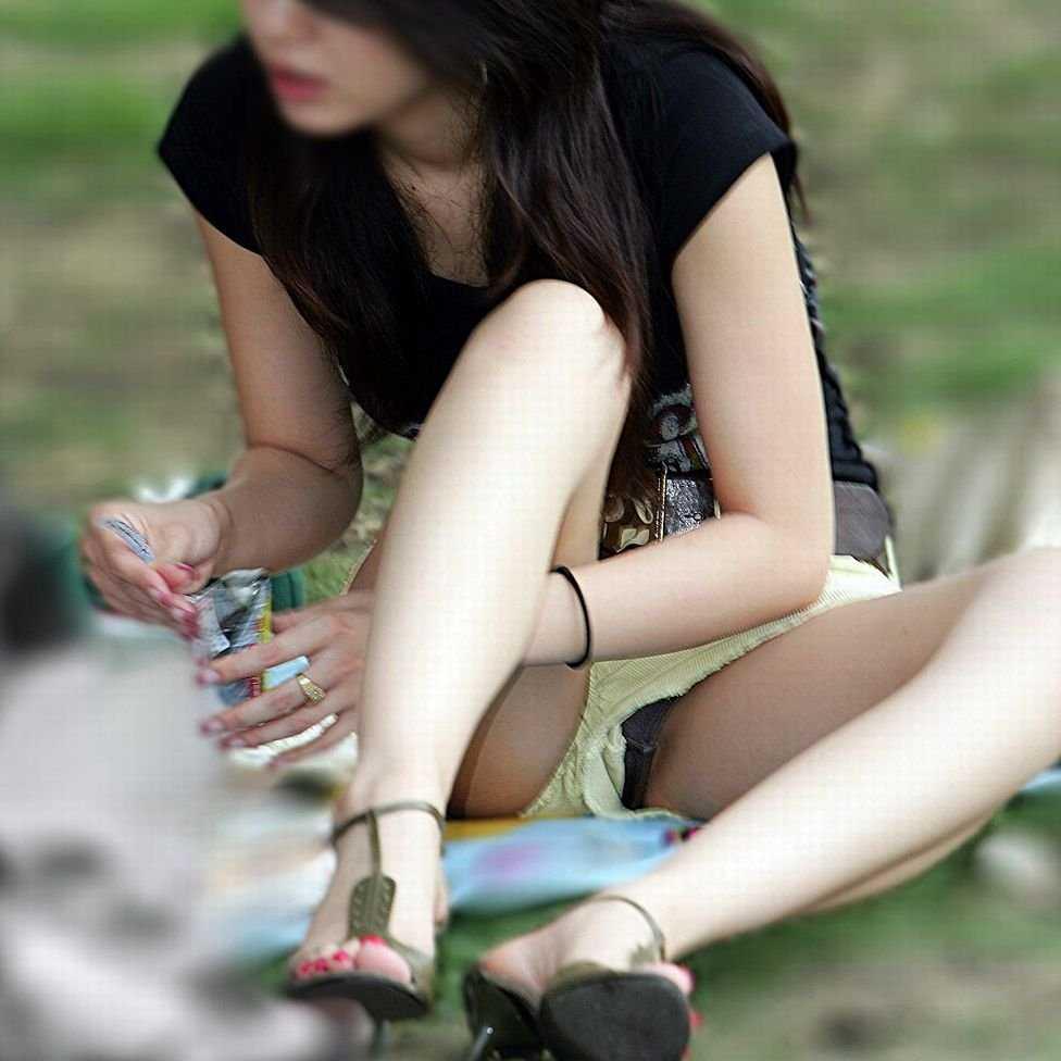 座りパンチラしてる女性 (1)
