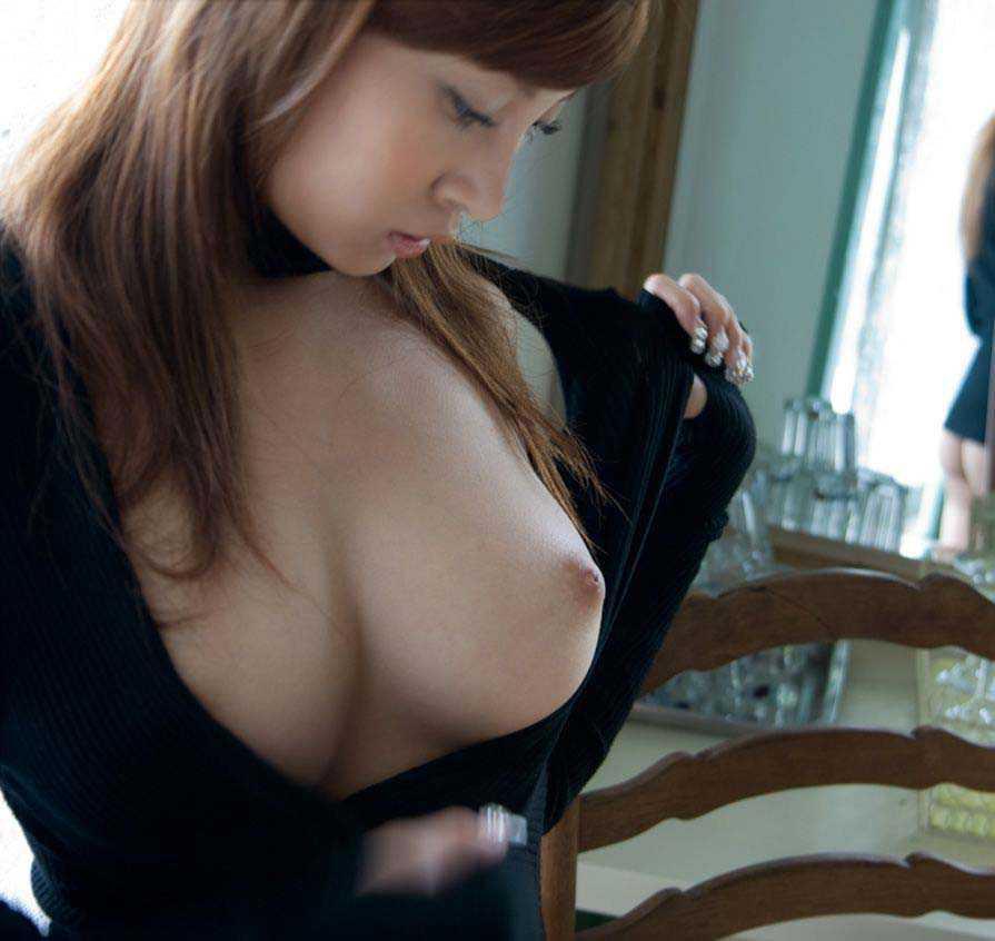 美乳の乳首がエロい (19)