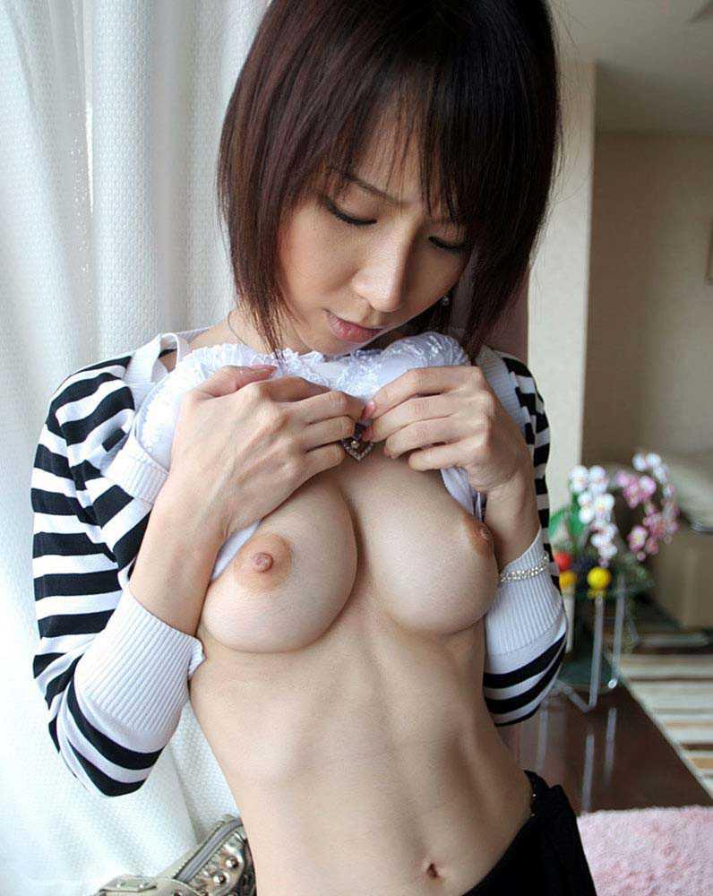 美乳の乳首がエロい (16)
