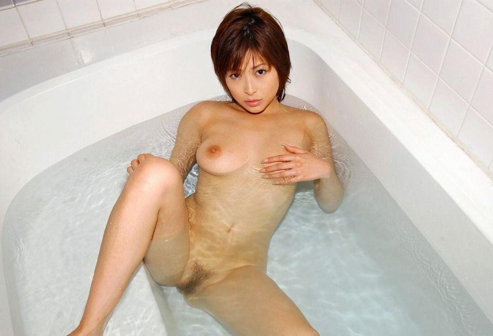 お湯に浸かる女性 (6)