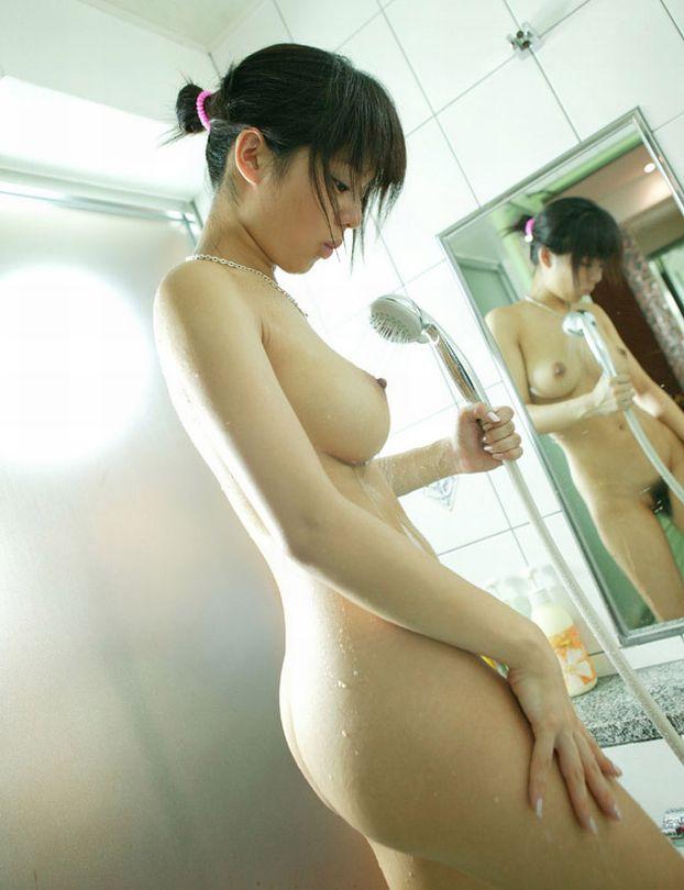 お湯に浸かる女性 (20)
