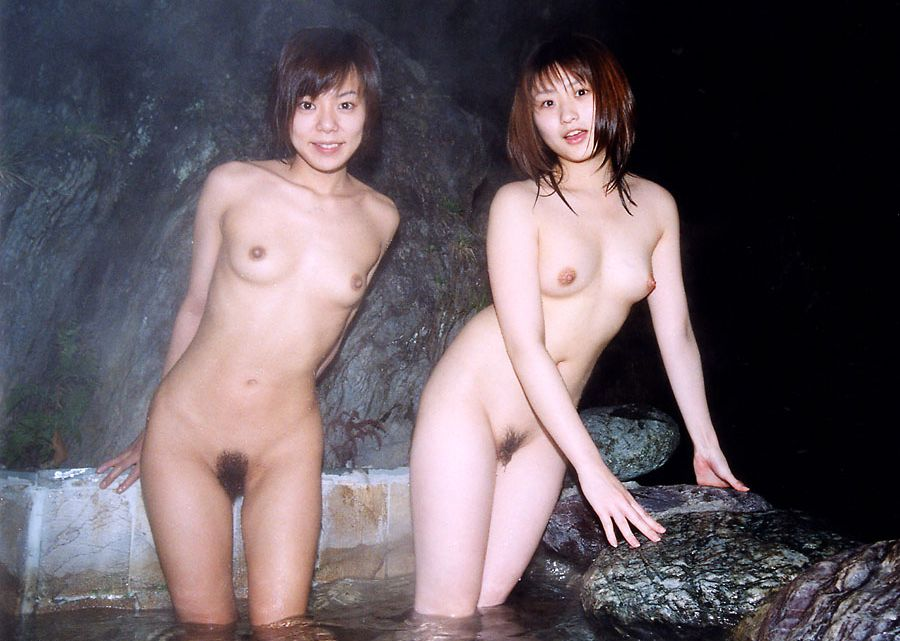 お湯に浸かる女性 (3)