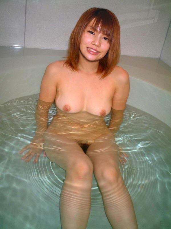 お湯に浸かる女性 (11)