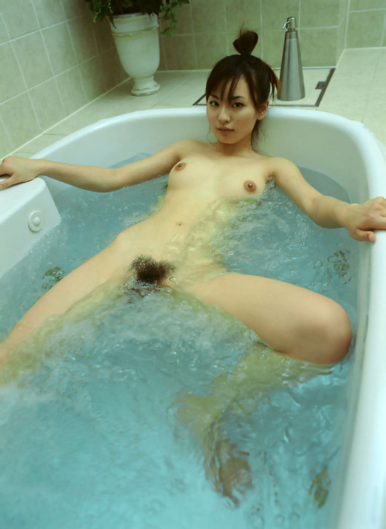 お湯に浸かる女性 (13)