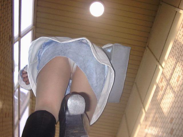 スカートからパンツがモロ見え (14)