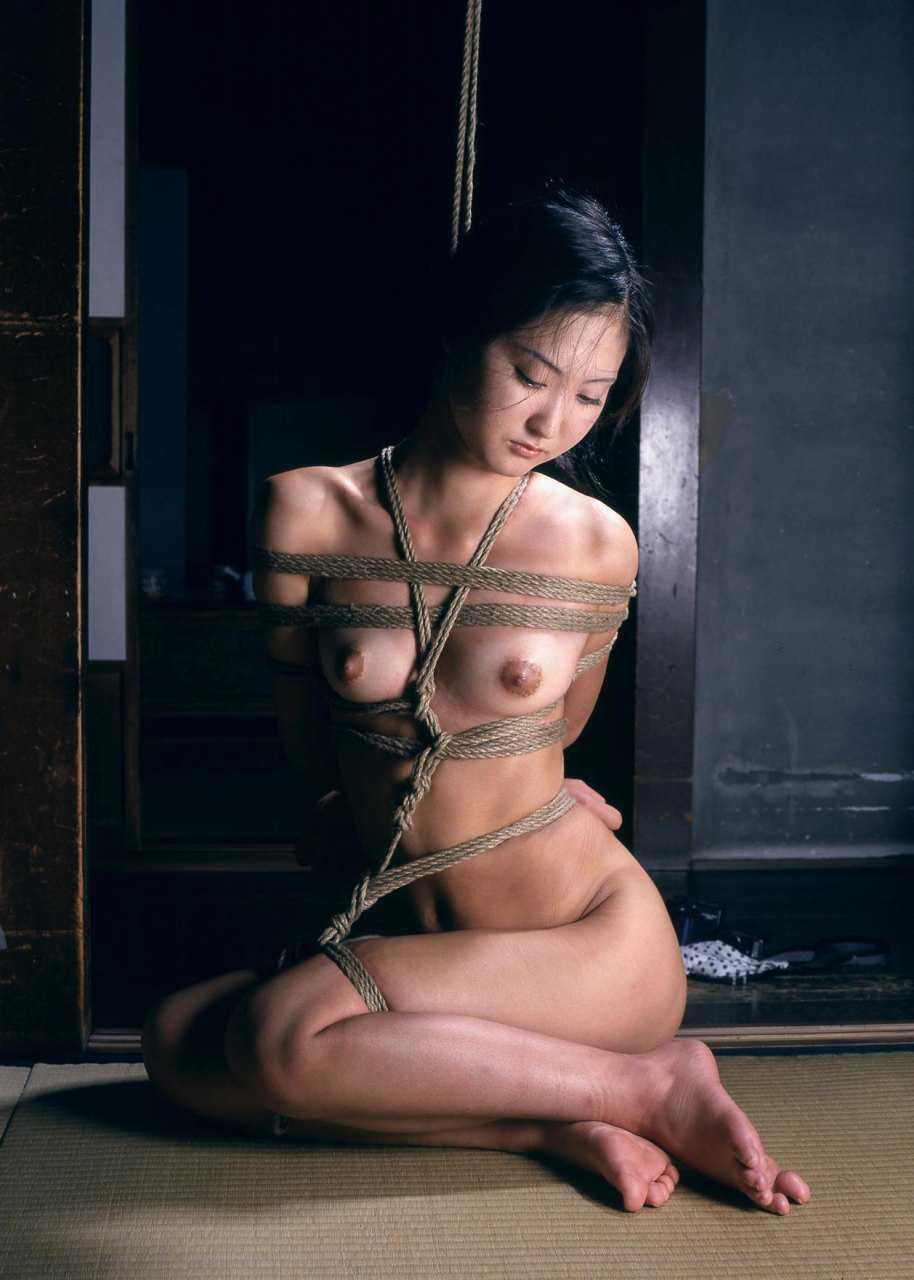 縛られている女性 (2)