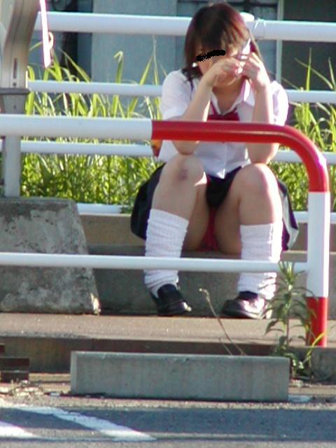 座ってパンチラ (12)