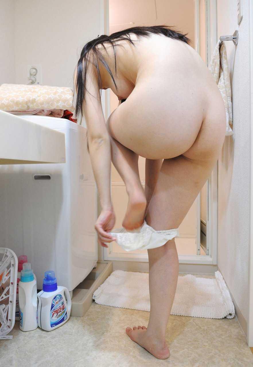 脱いでる途中の女性 (18)
