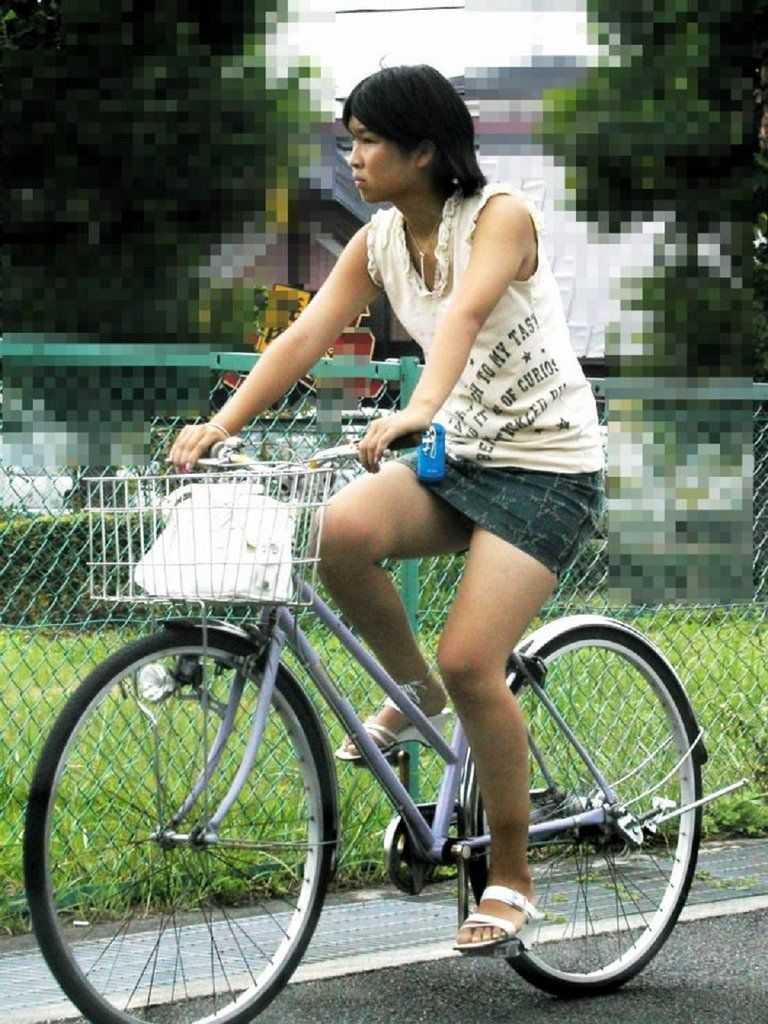 自転車に乗ってパンチラ (14)