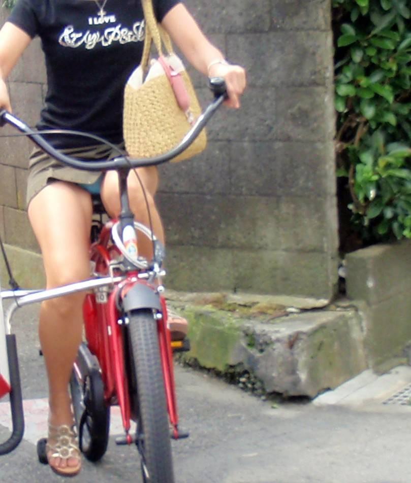 自転車に乗ってパンチラ (2)