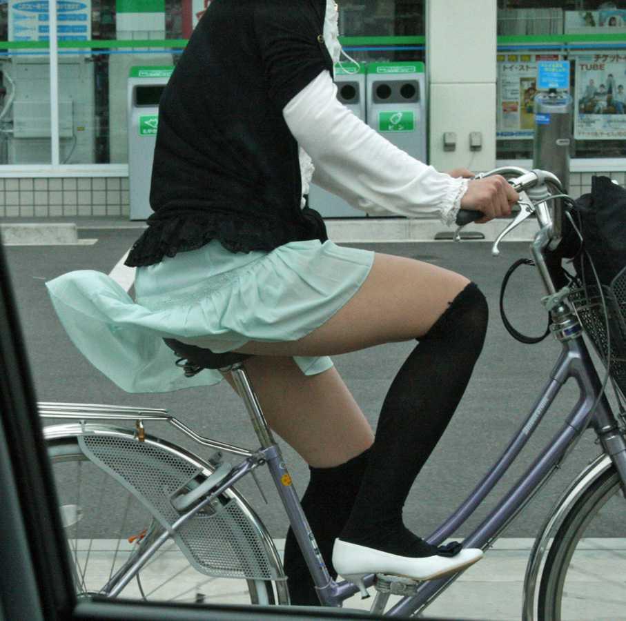 自転車に乗ってパンチラ (20)