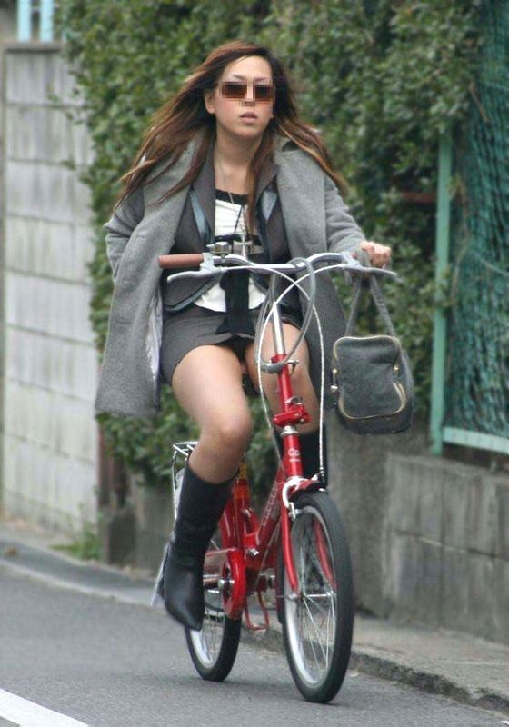 自転車に乗ってパンチラ (4)