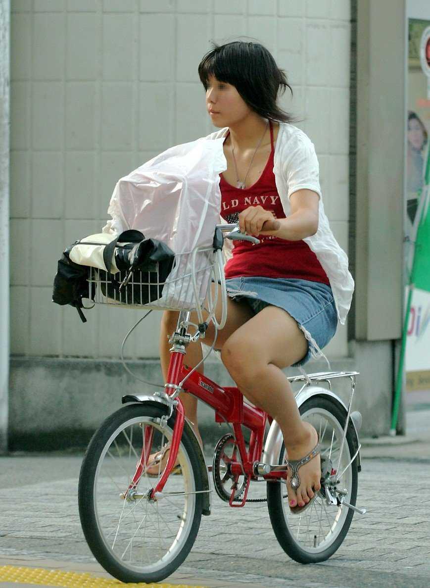 自転車に乗ってパンチラ (11)