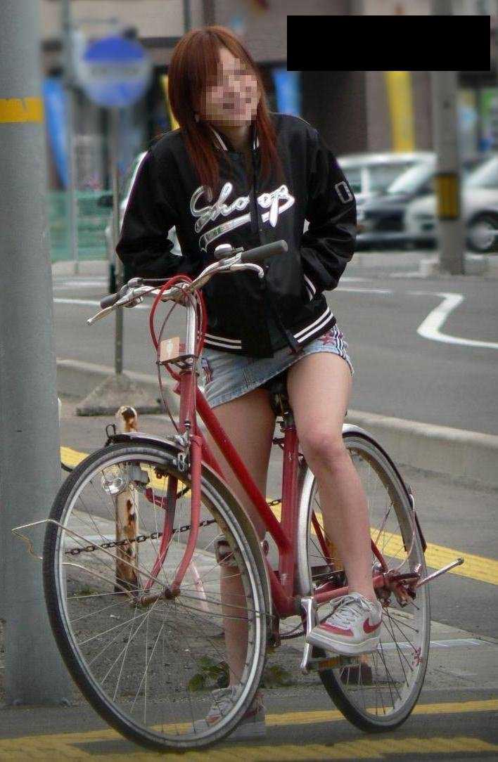 自転車に乗ってパンチラ (12)
