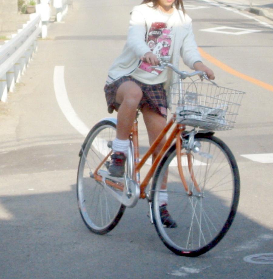 自転車に乗ってパンチラ (5)