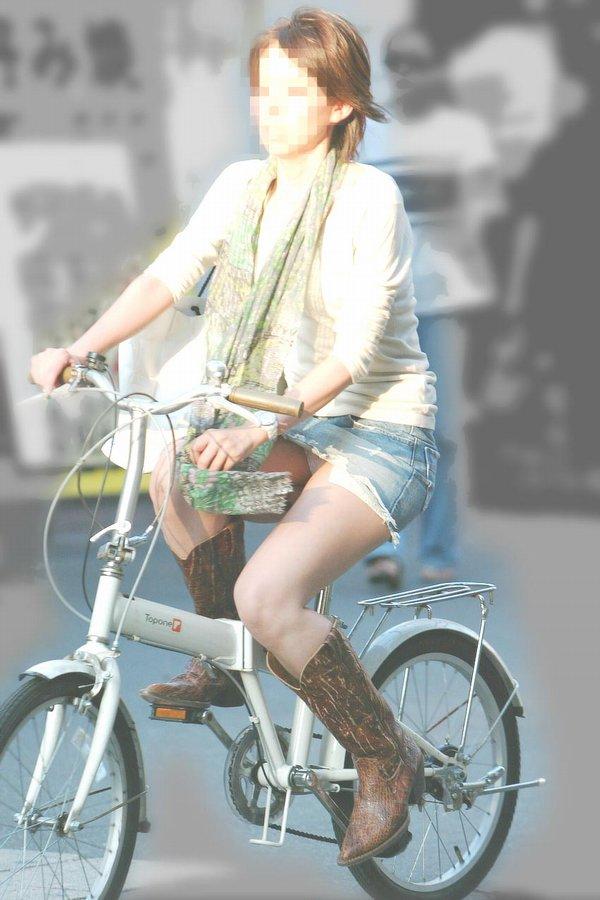 自転車に乗ってパンチラ (6)