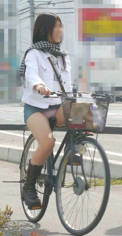 自転車に乗ってパンチラ (7)